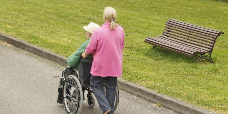 Asistenta personal junto a un hombre con discapacidad