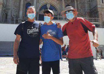 Álvaro, joven malagueño con discapacidad, tras culminar el camino de Santiago junto a su padre y un amigo   Foto: Twitter