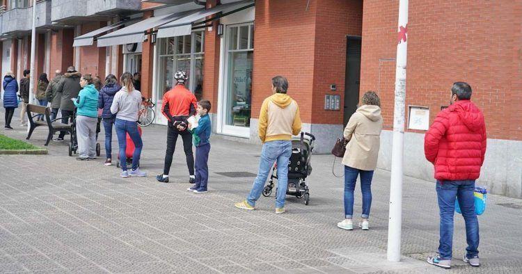 Colas frente a un supermercado durante la cuarentena   Foto: EP