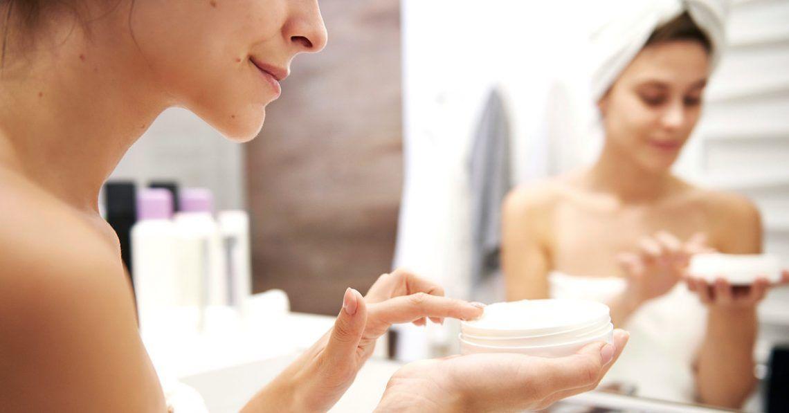 Mujer aplicándose crema antiedad