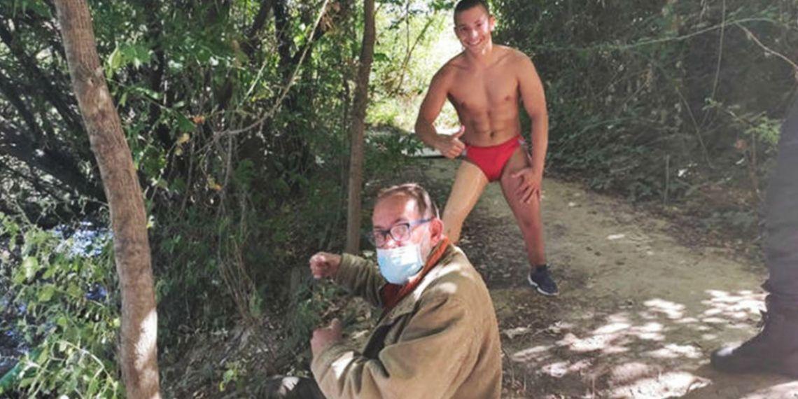 Enrique Navas junto al anciano al que salvó la vida