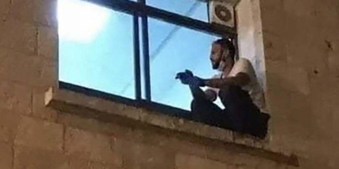 El joven Jihad Al-Suwaiti subía hasta la ventana del hospital donde estaba ingresada su madre,