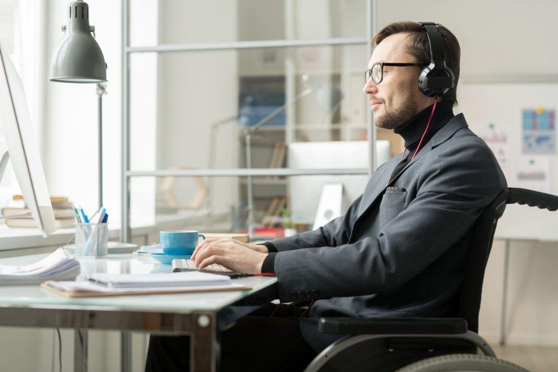 hombre con discapacidad trabajando pensiones discapacidad empleo