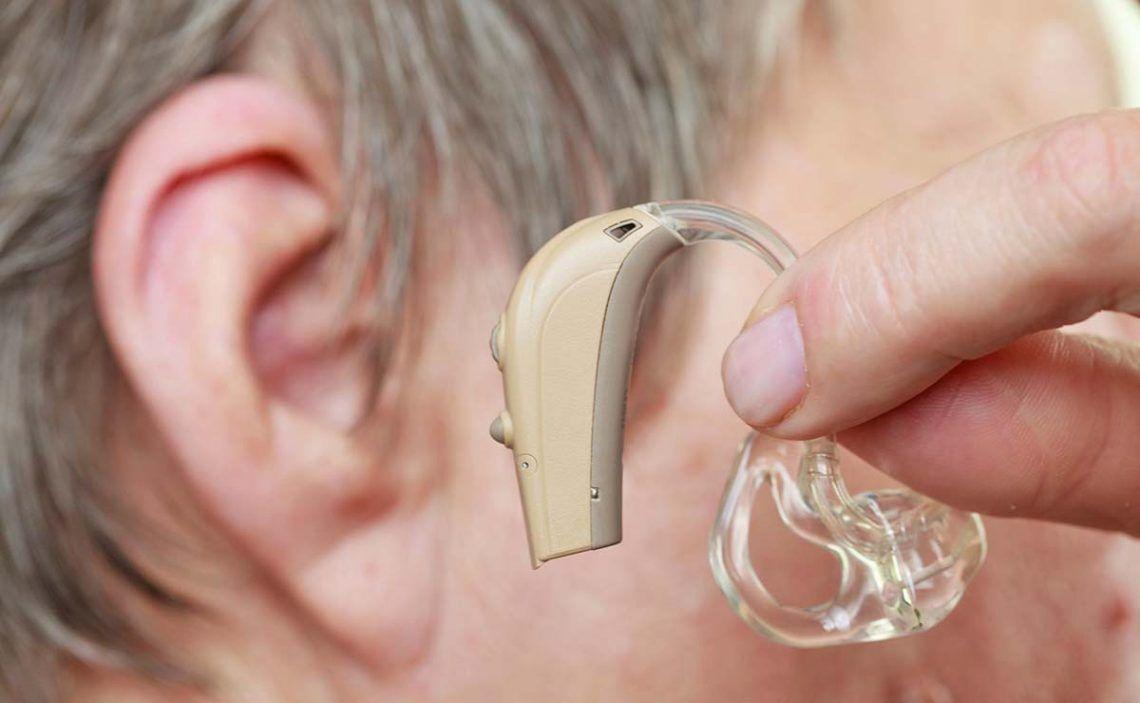 Persona con implante coclear