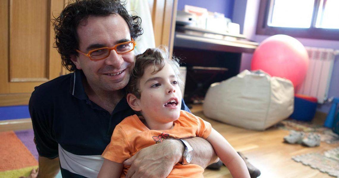 José Luis Izquierdo 'Mago More' junto a su hijo con discapacidad