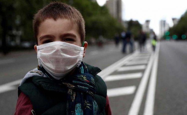 Niño con una mascarilla para protegerse del Coronavirus