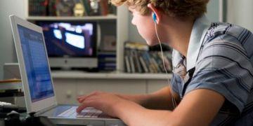 Un niño utilizando el ordenador