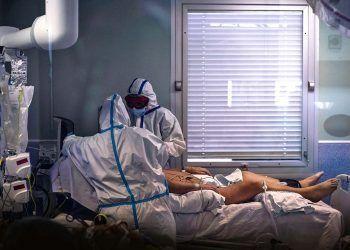 Paciente de Covid-19 en una cama siendo atendido