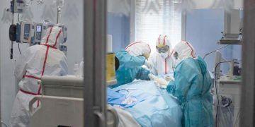 Paciente de Covid-19 ingresado, rodeado de médicos coronavirus