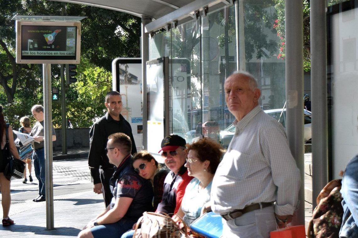 Personas esperando en la parada del autobús