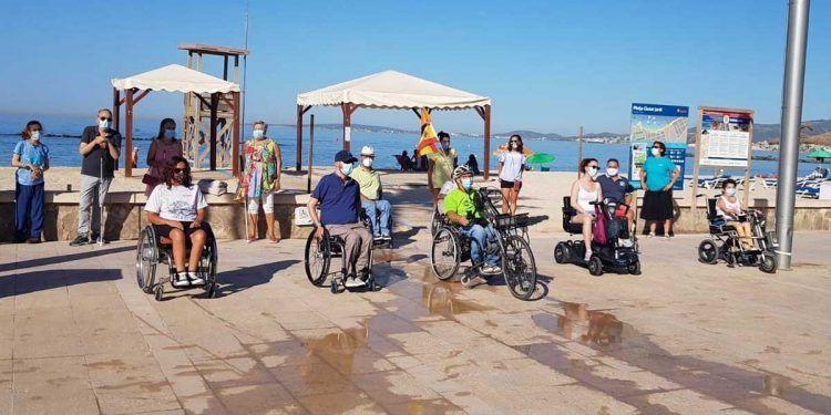 Personas con discapacidad protestando en la playa de Palma
