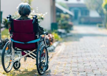 Persona mayor en silla de ruedas
