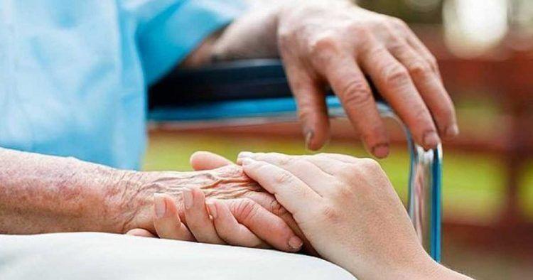 Persona mayor junto a su cuidadora discapacidad
