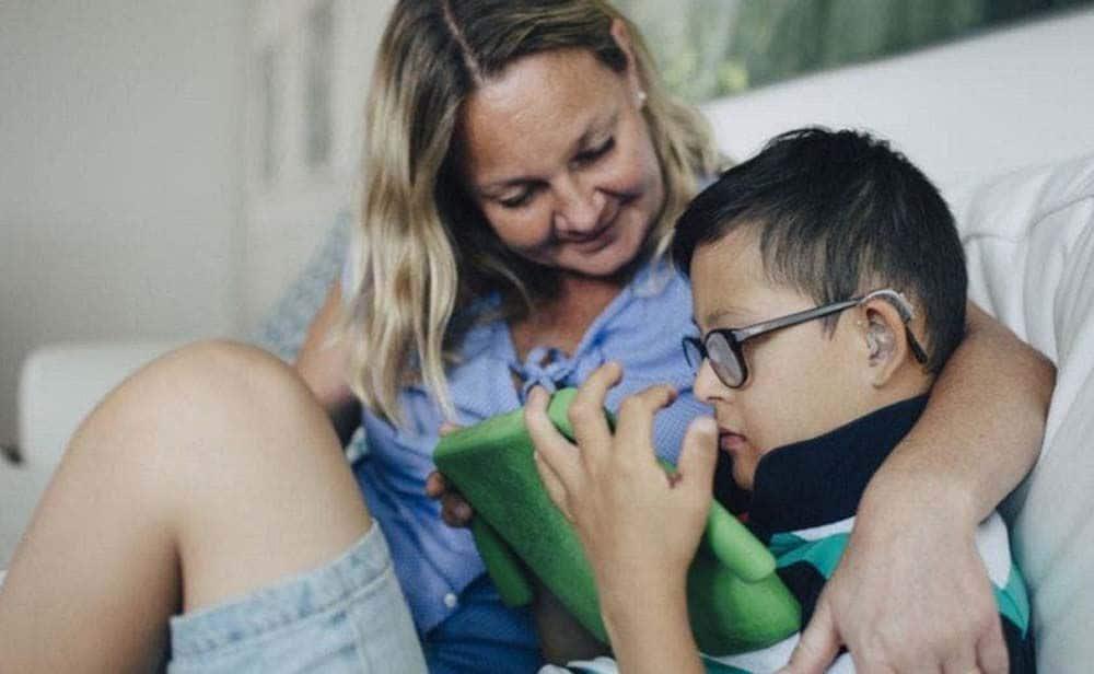 Niño con síndrome de down junto a su madre