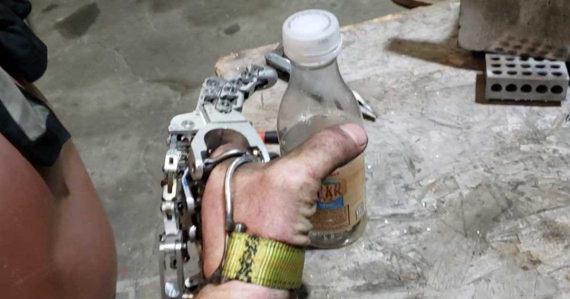 Prótesis de dedos fabricada por Ian Davis   Foto: Youtube