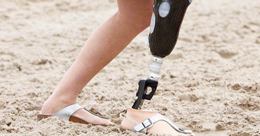 Persona con prótesis andando por la playa