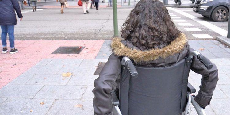 Mujer en silla de ruedas por la ciudad