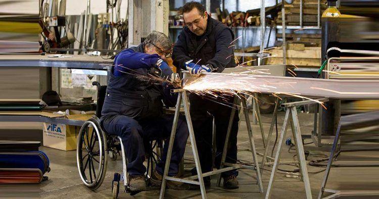 Trabajador con discapacidad en silla de ruedas
