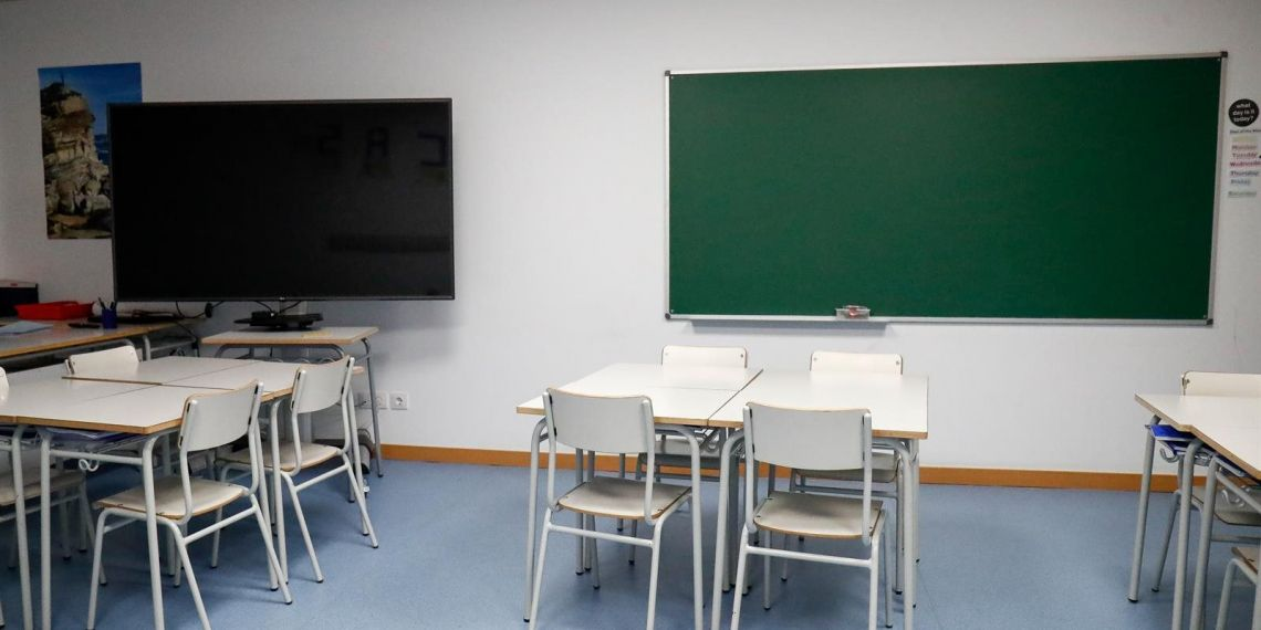 Sillas y mesas de un aula en el interior del Colegio Nobelis de Valdemoro,