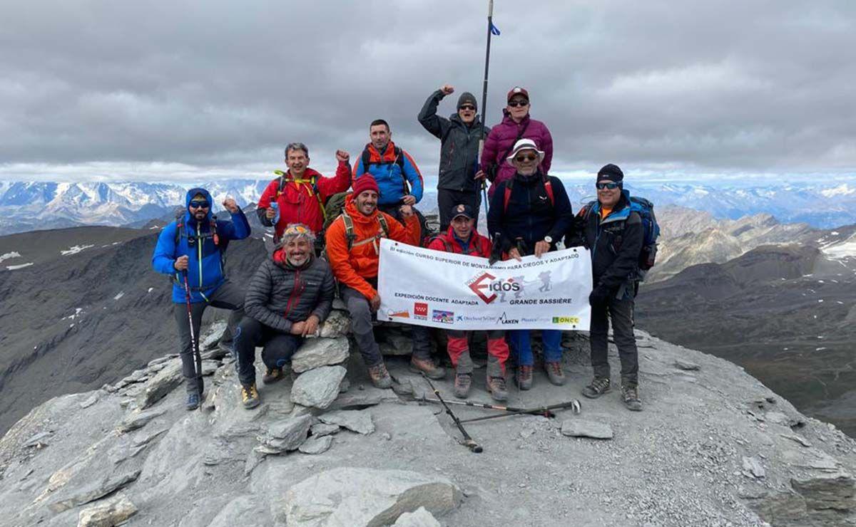 Montañeros ciegos en la cumbre de Grande Sassière   Foto: ONCE