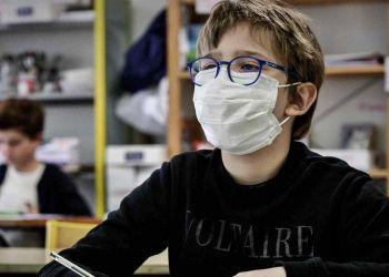 Niño con mascarilla en el colegio