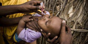 Niño vacunado de polio