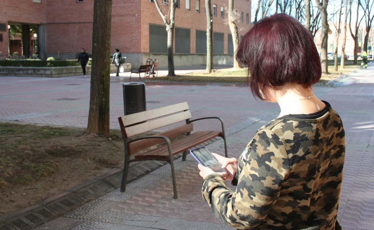 Persona con discapacidad con un teléfono móvil . Líderes digitales