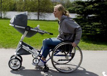 Cochecito de bebé adaptado para personas en silla de ruedas