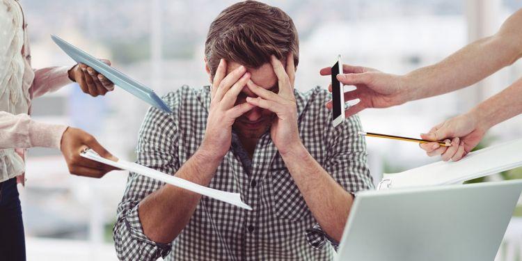 Hombre con estrés durante su trabajo