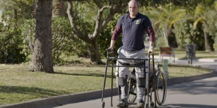 Persona con discapacidad con exoesqueleto