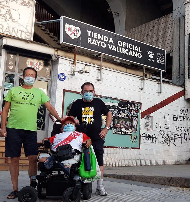 Los locutores delante del club de fútbol del Rayo Vallecano