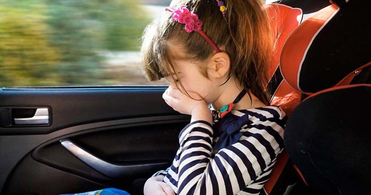 Niña con mareos en el coche