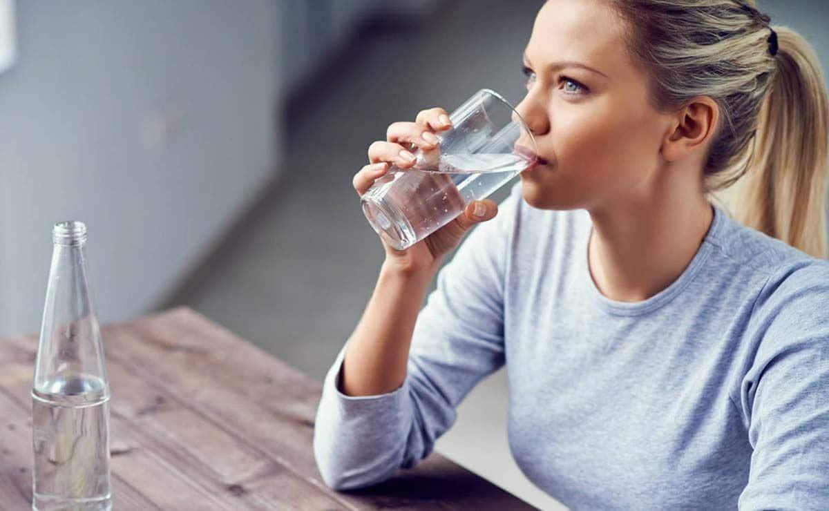 mujer bebiendo agua para la diabetes insípida