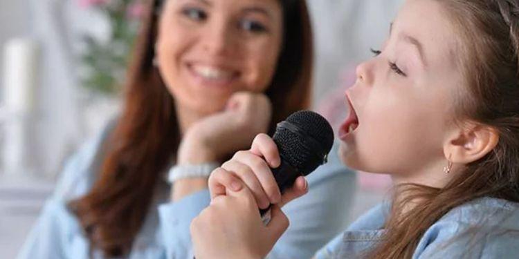 Niña karaoke cantando coronavirus