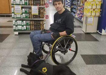 Nicolás Stupenengo junto a su perro guía