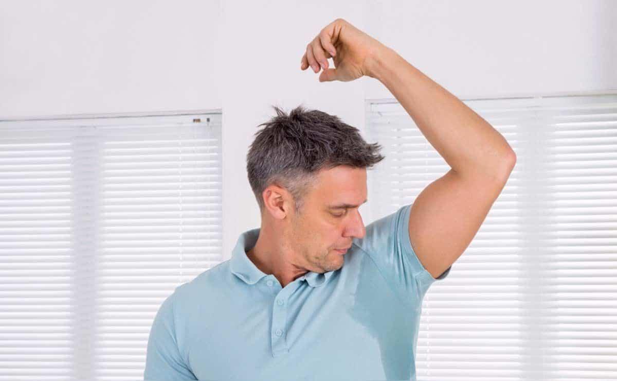 persona con Hiperhidrosis sudor