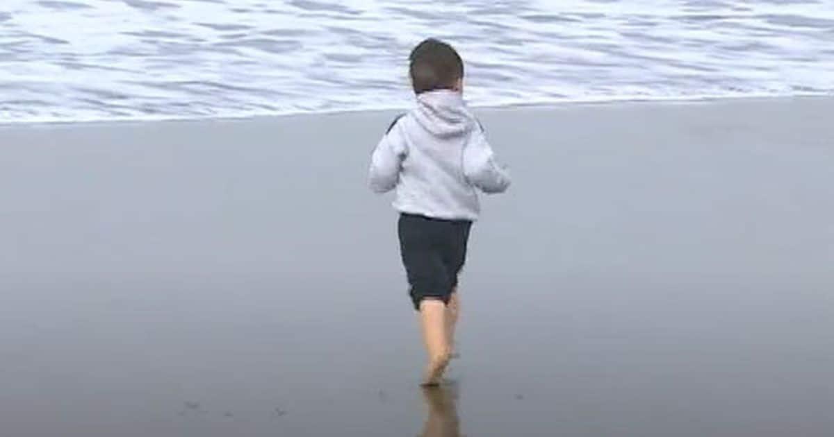 Román, niño con autismo en si visita a la playa tras la cuarentena | Foto: Telefe