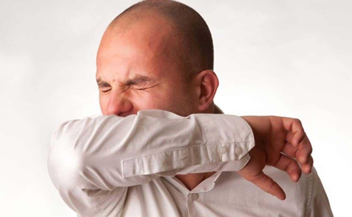 Toser en la articulación del codo con coronavirus