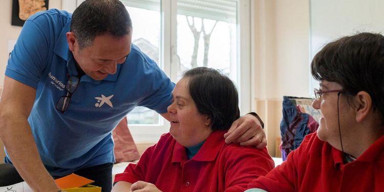 Voluntarios de la Caixa con personas con autismo