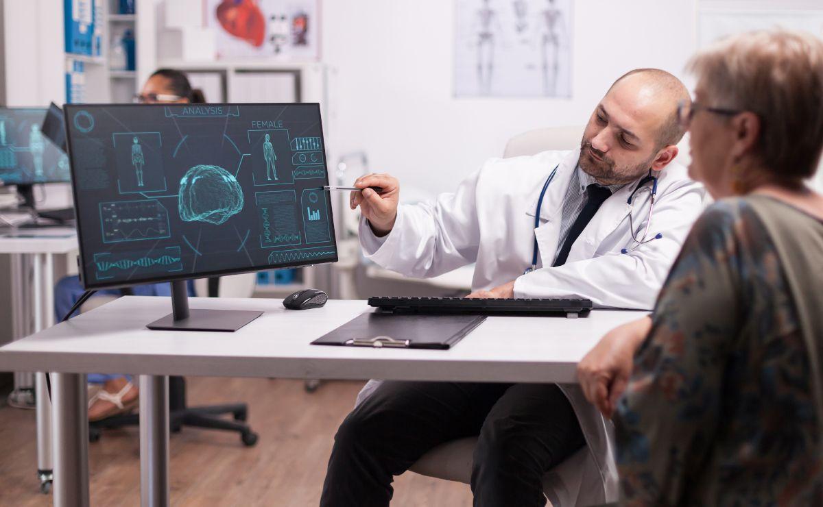 Doctor analizando alzheimer
