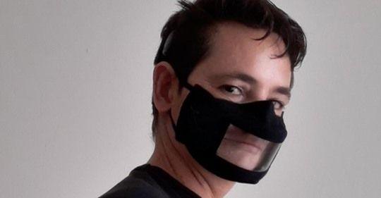 Marcos Lechet con mascarilla transparente