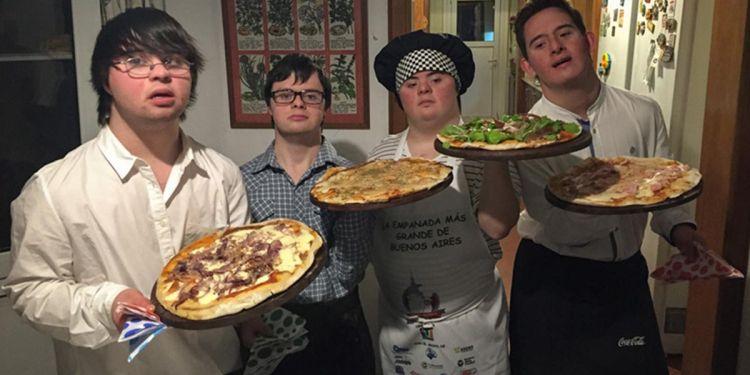 Amigos con síndrome de Down dueños de una pizzería