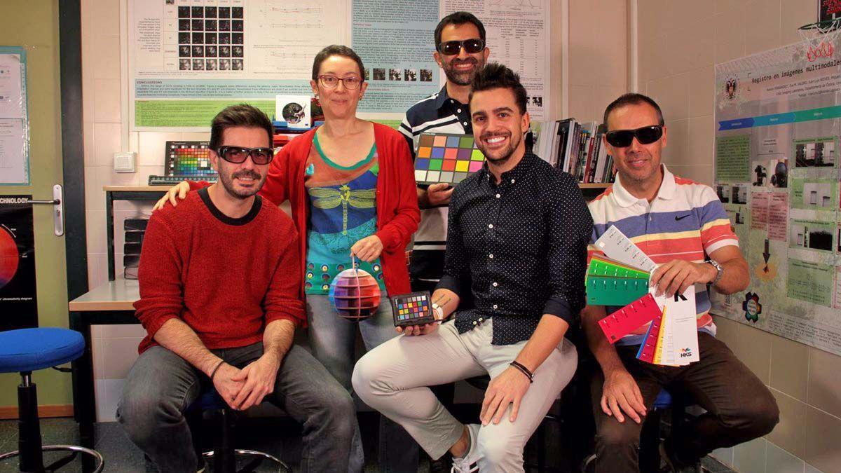 Investigadores posan con las gafas para daltónicos
