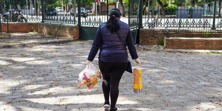 Una mujer con bolsas de la compra durante la pandemia | Foto: EP