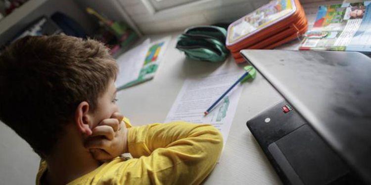 Alumno haciendo tarea durante la cuarentena
