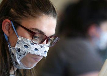 Persona sorda con mascarilla transparente