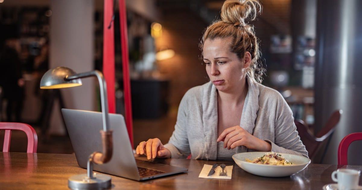 Comiendo mientras trabaja - Perder peso vida sedentaria