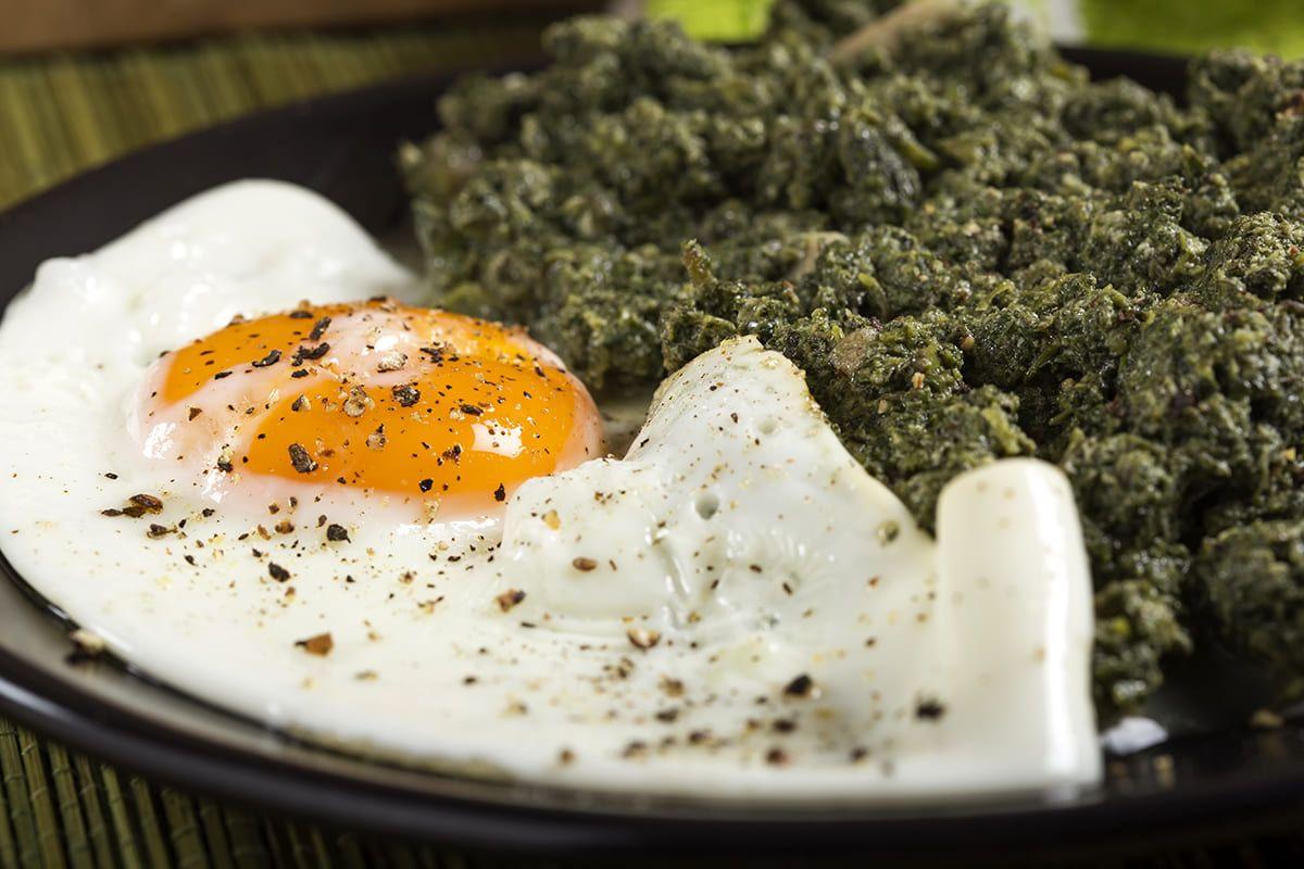 Huevos con estofado de espinacas