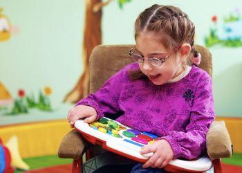 Niña con parálisis cerebral en clases