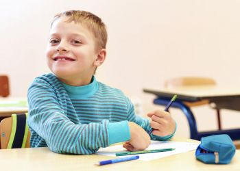 Niño en clases